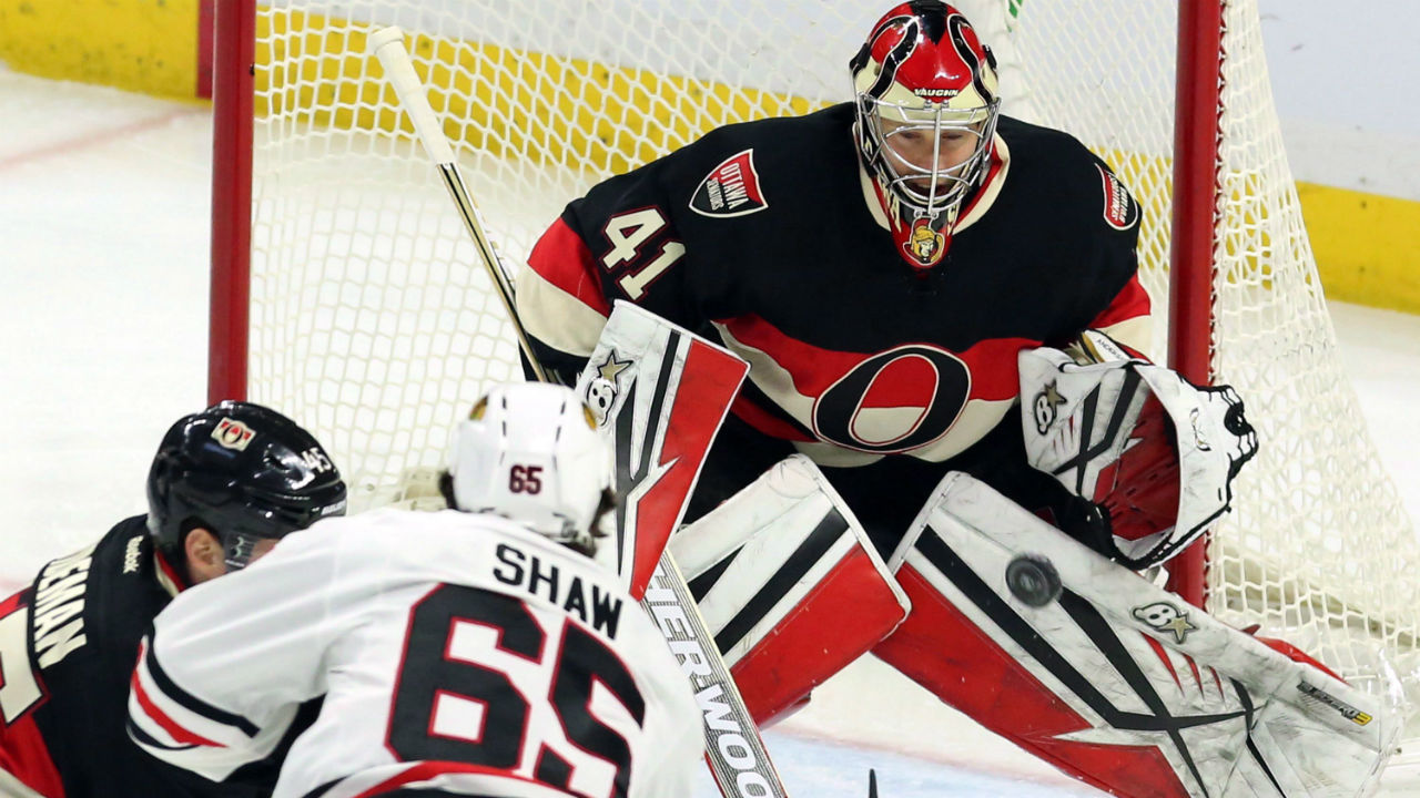 Ottawa Senators goalie Craig Anderson keeps his eye on the puck as Chicago Blackhawks' Andre Shaw (65) and Senators' Chris Wideman (45) battle in front of the net. (Fred Chartrand/CP)