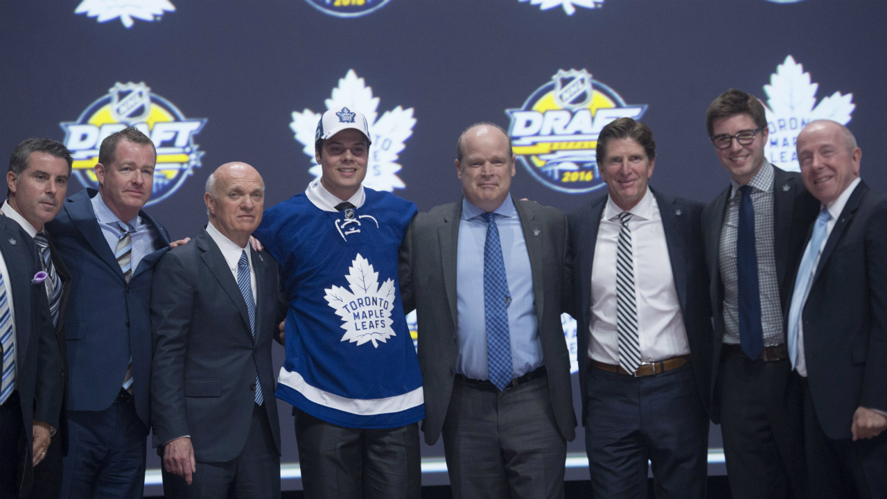 Auston-matthews-lou-lamoriello-mark-hunter-mike-babcock-kyle-dubas-larry-tanenbaum