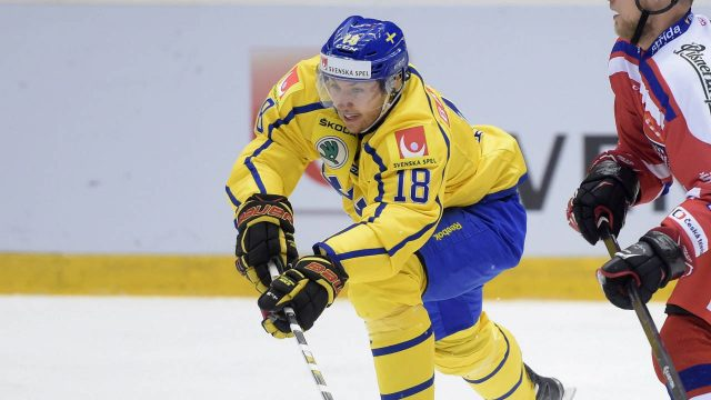 Sweden's-Anton-Rodin,-left,-in-action-against-Czech-Republic's-Vladimir-Sobotka-during-the-Euro-Hockey-Topur-Karjala-Cup-match-between-Sweden-and-Czech-Republic-played-at-Fjallraven-Center-in-Ornskoldsvik,-Sweden-Thursday-Nov.-5,-2015.-(Fredrik-Sandberg-/-TT-via-AP)