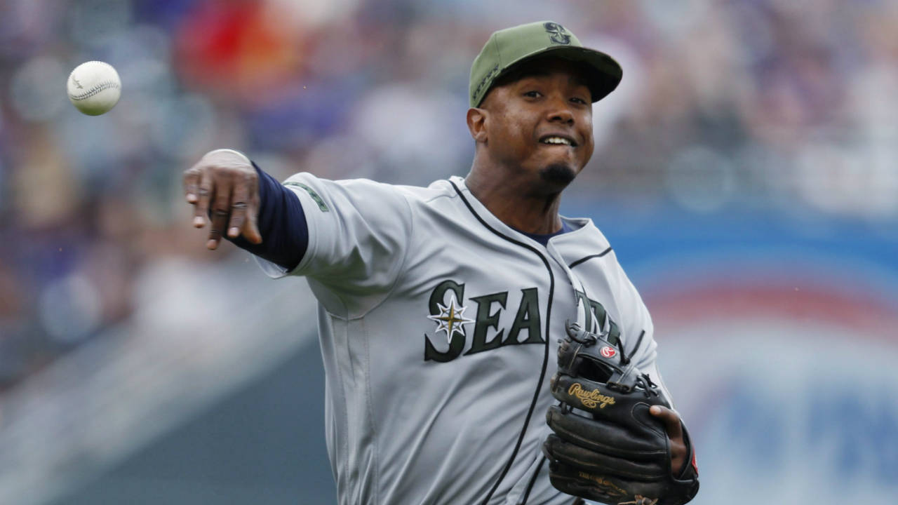 Late rally pushes Mariners past Blue Jays