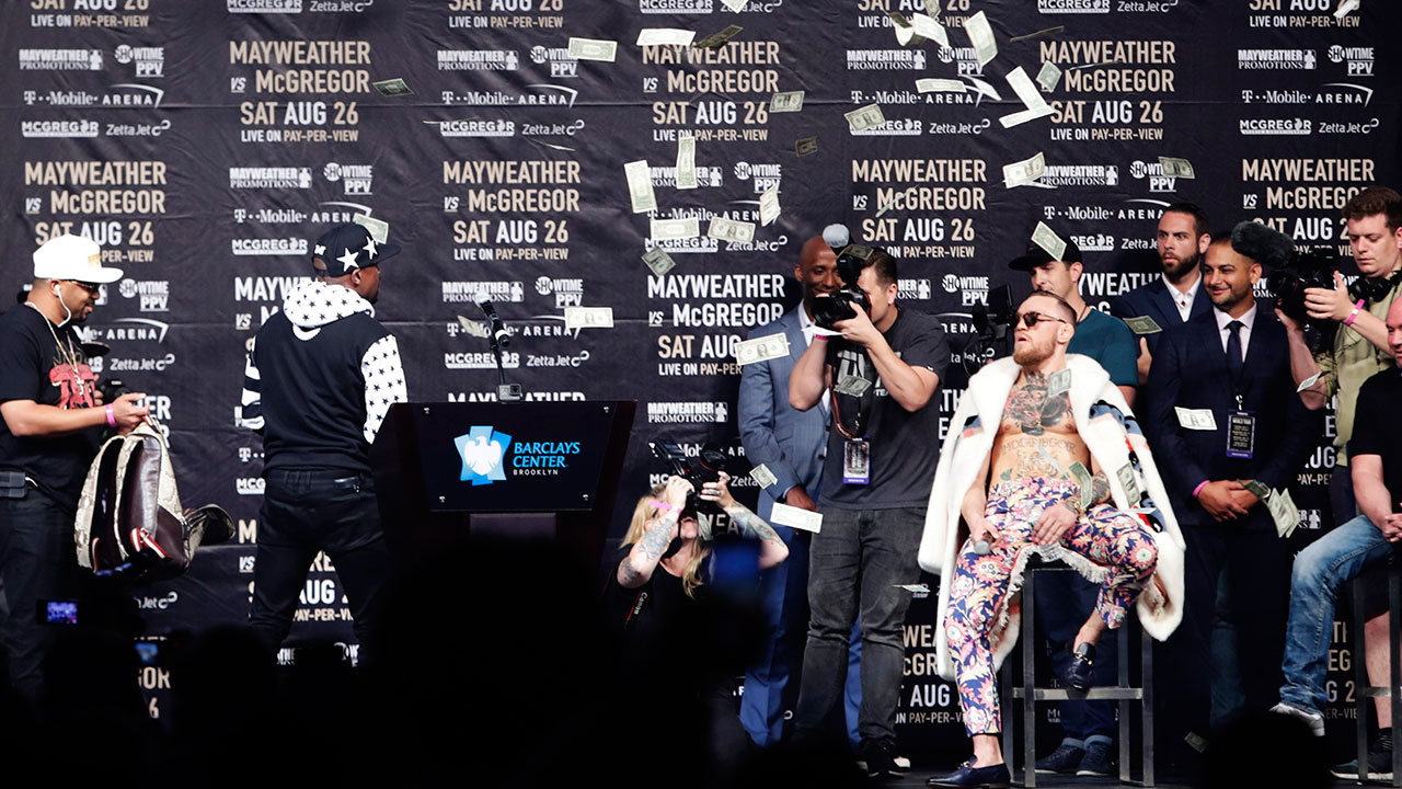 37ae5df6 Mayweather showers McGregor with bills at tour stop in Brooklyn -  Sportsnet.ca