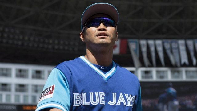 Toronto-Blue-Jays-left-fielder-Nori-Aoki-returns-to-the-dug-out-after-warm-up-before-Major-League-baseball-action-against-Minnesota-Twins-in-Toronto-on-Sunday-August-27-2017.-(Chris-Young/CP)