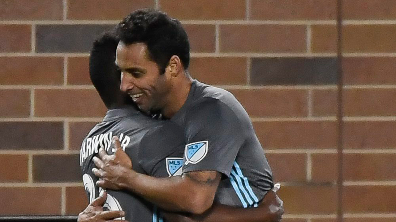 10-man Minnesota United holds on to beat Whitecaps