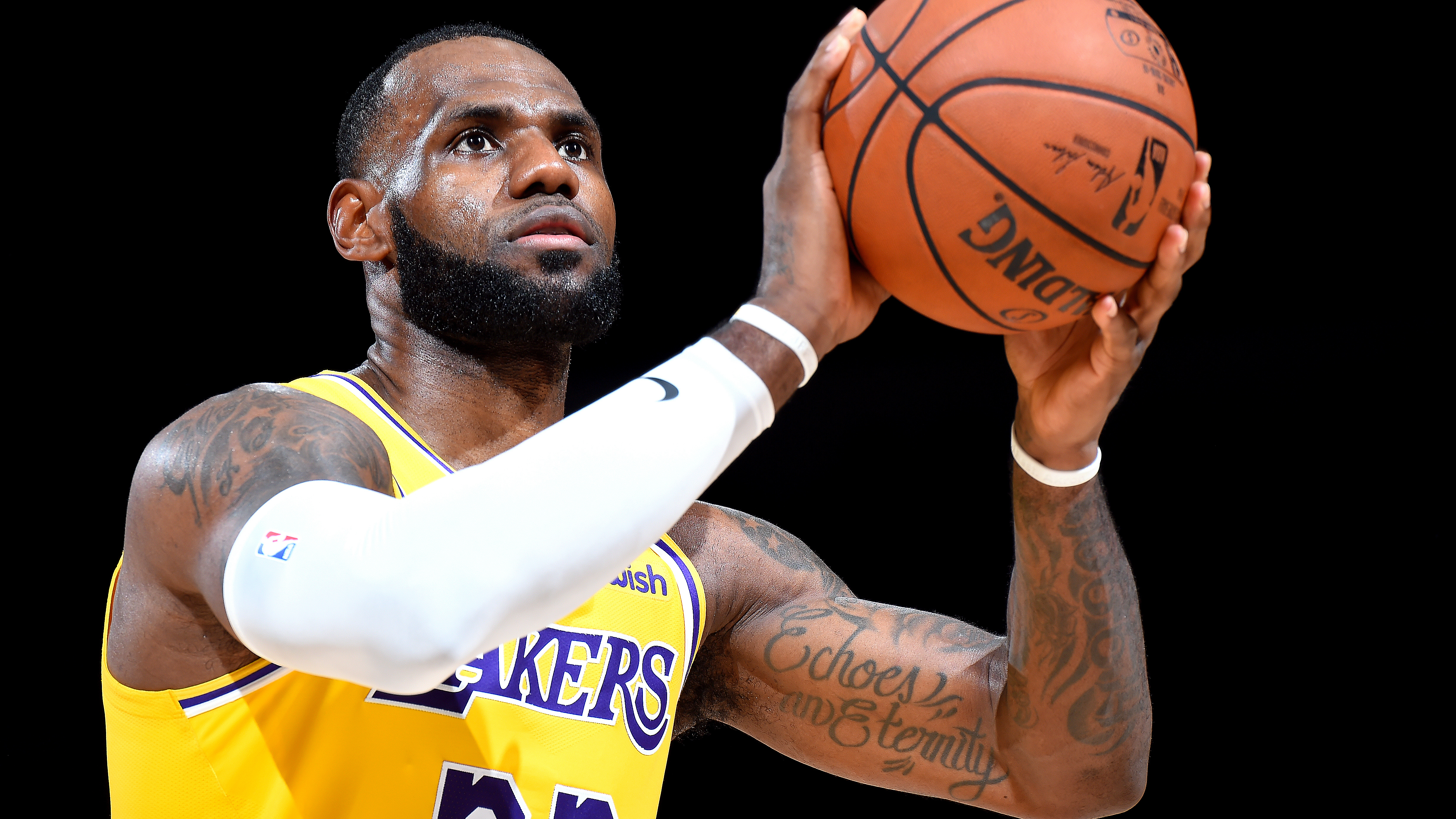 LeBron James gifts his jersey to L.A. athletes, omits the Kings