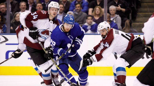NHL-Maple-Leafs-Nylander-fights-for-puck-against-Avalanche