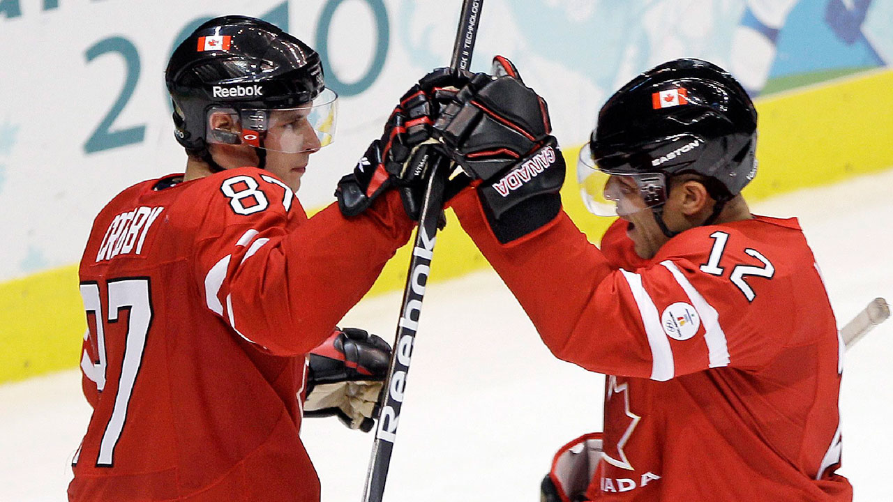 NHL-Crosby-celebrates-goal-with-Iginla-at-Olympics