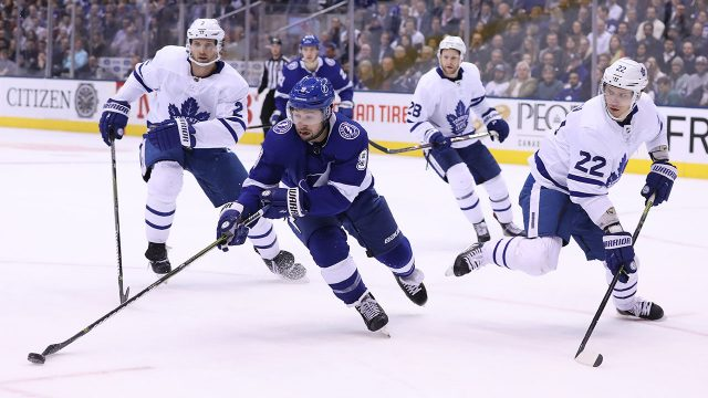 NHL-Lightning-Johnson-carries-puck