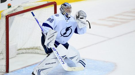 NHL-Lightning-Vasilevskiy-watches-puck