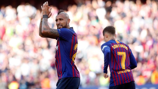 Soccer-Barcelona-Vidal-applauds-after-win