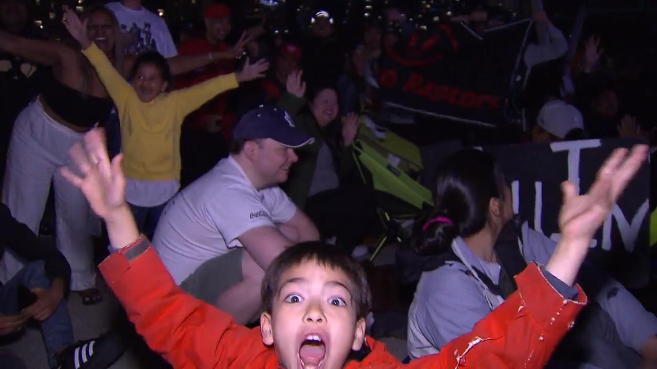 Raptors fan flood Nathan Phillips Square ahead of NBA Championship parade - Sportsnet.ca