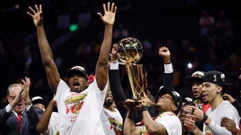 NBA-Raptors-celebrate-with-trophy